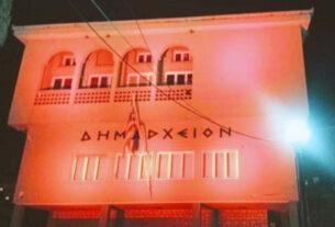 Σε πορτοκαλί φόντο το Δημαρχείο Νάουσας