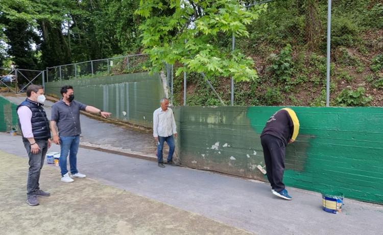 Εργασίες συντήρησης των γηπέδων τένις στο Αθλητικό Κέντρο Άλσους Αγίου Νικολάου